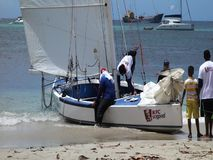 Traditionella dubblett-avslutade segelbåtar som konkurrerar i den bequia easter regattan arkivfilmer