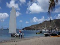 Traditionella dubblett-avslutade segelbåtar som konkurrerar i den bequia easter regattan stock video