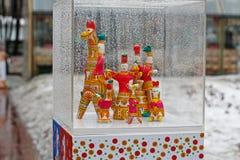 Traditionella Dymkovo leksaker som skärmutställning på rysk nationell festival` Shrove ` i den Novopushkinsky fyrkanten i Moskva Arkivfoto