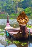 Traditionella en khmerfartyg med sned pilbågar Royaltyfri Fotografi