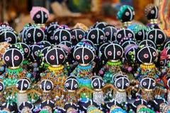 Traditionella etniska afrikanska handgjorda dockor med mångfärgad pärlgarnering på den lokala marknaden i Cape Town, Sydafrika Arkivbilder