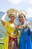 traditionella etniska flickor för kinesisk klänning Arkivbilder
