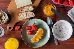 Traditionella europeiska frukostbröd, driftstopp och bär Arkivbild