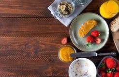 Traditionella europeiska frukostbröd, driftstopp och bär Arkivfoton