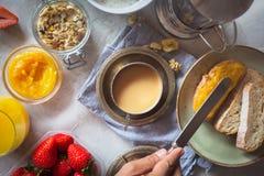 Traditionella europeiska frukostbröd, driftstopp och bär Arkivfoto