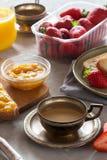 Traditionella europeiska frukostbröd, driftstopp och bär Royaltyfri Foto