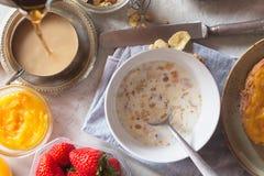 Traditionella europeiska frukostbröd, driftstopp och bär Kaffe häller in i koppen Royaltyfri Bild