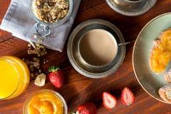 Traditionella europeiska frukostbröd, driftstopp och bär kaffe mjölkar Fotografering för Bildbyråer
