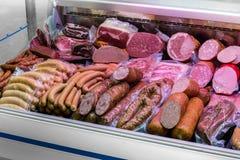 Traditionella europeiska korvar och kött i ett shoppafönster Fotografering för Bildbyråer