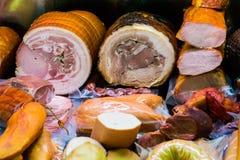 Traditionella europeiska korvar och kött i ett shoppafönster Royaltyfri Foto