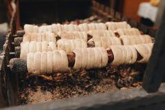 Traditionella europeiska sötsaker som lagar mat på fireonmarknad Royaltyfri Foto