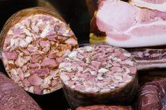 Traditionella europeiska salamier och kött Royaltyfri Foto