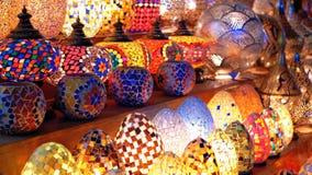Traditionella färgrika handgjorda asiatiska lyktor av kulört exponeringsglas på marknaden stock video