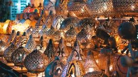 Traditionella färgrika handgjorda asiatiska lyktor av kulört exponeringsglas på marknaden arkivfilmer