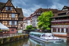 Traditionella färgrika hus i La Petite France, Strasbourg, Als arkivfoton