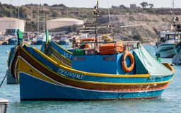Traditionella färgrika Luzzu fartyg i den Marsaxlokk hamnen royaltyfri foto