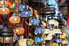 Traditionella färgrika turkiska glass lampor Arkivfoton
