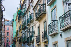 Traditionella fönster och balkonger i den Bairro alten, Lissabon, Portugal arkivfoton