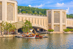 Traditionella fartyg Dondang Sayang parkerar på bryggan, Putrajaya sjön, Malaysia Royaltyfri Fotografi