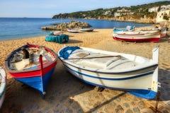 Traditionella fartyg i en spansk stad Calella de Palafrugell i Costa Brava arkivfoto