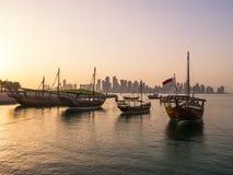 Traditionella fartyg som kallas Dhows, ankras i porten Arkivbild