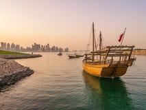 Traditionella fartyg som kallas Dhows, ankras i porten Arkivfoto