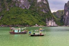 Traditionella fiskebåtar för Halong fjärd, UNESCOvärldsnaturarv, Vietnam royaltyfria foton