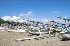 Traditionella fiskebåtar som parkerar på den Senggigi stranden royaltyfri foto