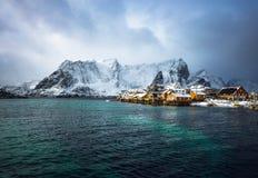 Traditionella fiskebosättningar av Lofoten öar Härligt Norge landskap och gammal arkitektur royaltyfria bilder