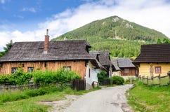Traditionella folklorehus i den gamla byn Vlkolinec, Slovakien Royaltyfria Bilder
