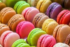 Traditionella franska färgrika macarons i en ask Arkivfoto