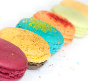 Traditionella franska färgrika makron  Arkivfoton