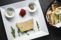 Traditionella franska foiegras pate och rostat brödstartknappmellanmål platte royaltyfri bild