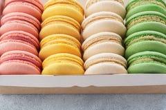 Traditionella franska macarons i en ask för efterrätt fotografering för bildbyråer