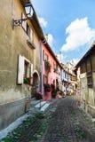 Traditionella fransmanhus och shoppar i Eguisheim, Alsace, Frankrike Royaltyfria Bilder