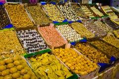 Traditionella frukt och sötsaker marknadsför i Meknes Medina, Marocko royaltyfri foto