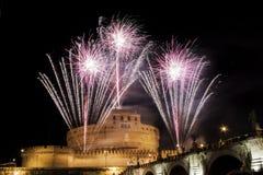 Traditionella fyrverkerier över Castel Sant ' Angelo, Rome, Italien Royaltyfri Fotografi