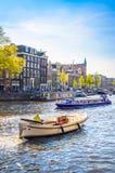 Traditionella gamla byggnader i Amsterdam, Netherland Arkivfoto