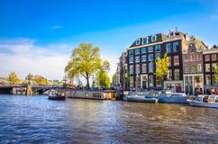 Traditionella gamla byggnader i Amsterdam, Netherland Fotografering för Bildbyråer