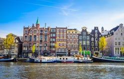 Traditionella gamla byggnader i Amsterdam, Netherland Arkivfoton