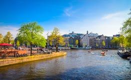 Traditionella gamla byggnader i Amsterdam, Netherland Royaltyfri Fotografi