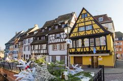 Traditionella, gamla färgrika hus i Colmar under vinter, Alsace, Frankrike arkivfoton