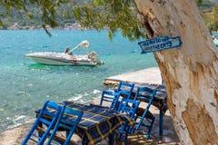Traditionella gamla grekiska fiskebåtar Tecknet läser: vädjaner gör inte fe Arkivbild