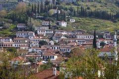 Traditionella gamla hus i en by, på sidan av ett berg Arkivfoto