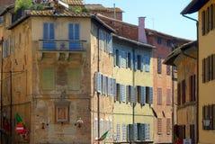 Traditionella gamla italienska hyreshusar, Siena, Italien Arkivfoton
