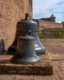 Traditionella gamla kyrkliga klockor i den Narva citadellen, Estland Royaltyfri Bild