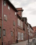 Traditionella gamla tyskhus i Luneburg, Tyskland Fragment som klibbar ut ur fasaden Royaltyfri Fotografi