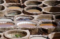 Traditionella garverivats för att dö råläder i Fez, Marocko Arkivbild