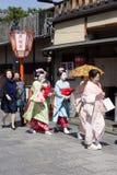 Traditionella geishas går passerar på den Gion gatan i Kyoto Royaltyfria Bilder