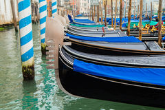 Traditionella gondoler på kanalen som är stor i Venedig Arkivfoto